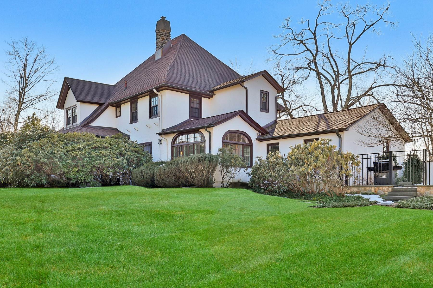 35. Single Family Homes for Sale at Light Filled, Sophisticated Tudor 210 Elm Road Briarcliff Manor, New York 10510 United States