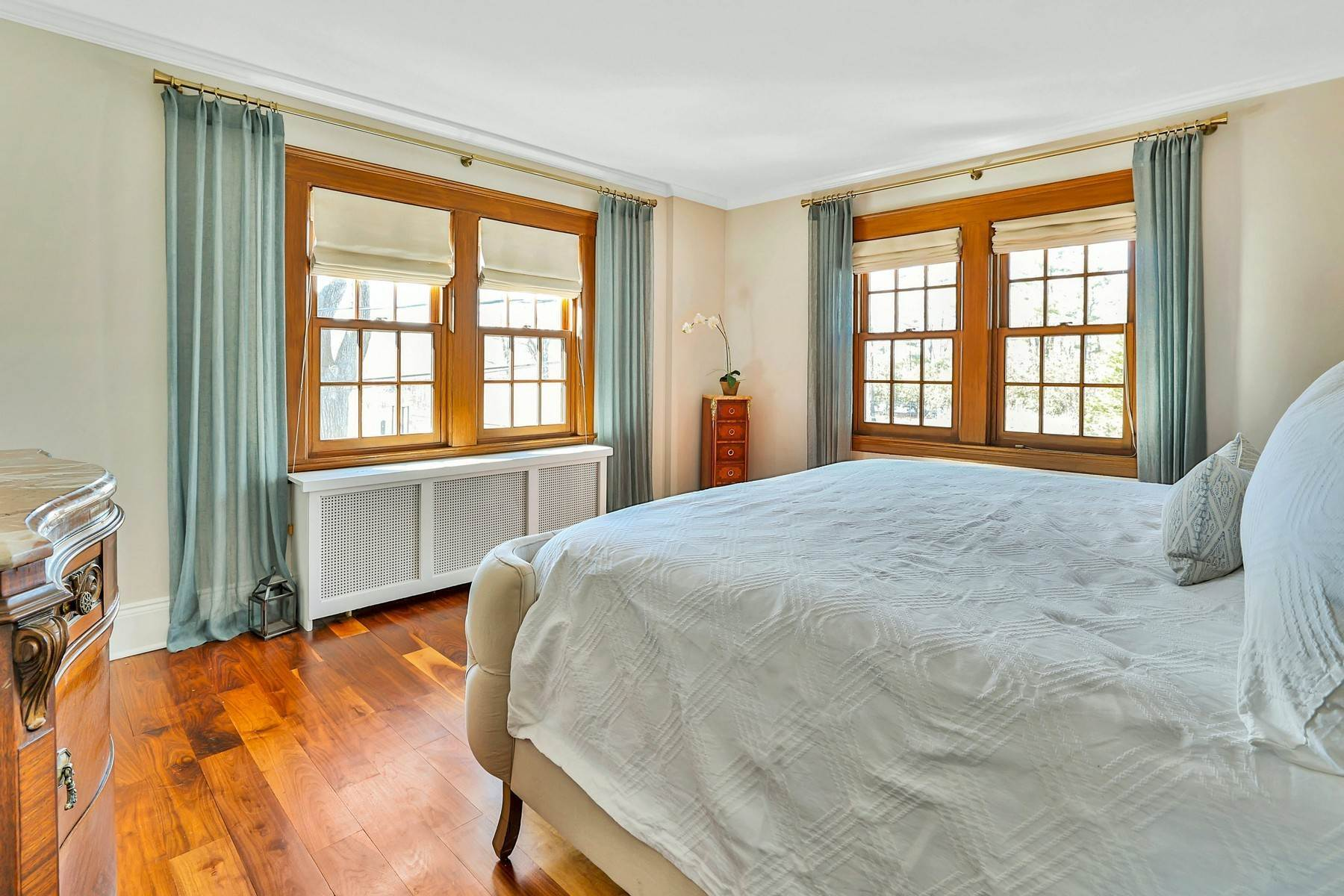 21. Single Family Homes for Sale at Light Filled, Sophisticated Tudor 210 Elm Road Briarcliff Manor, New York 10510 United States